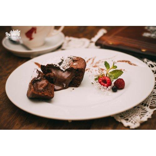 Теплый шоколадно-смородиновый пирог с взбитой деревенской сметанкой