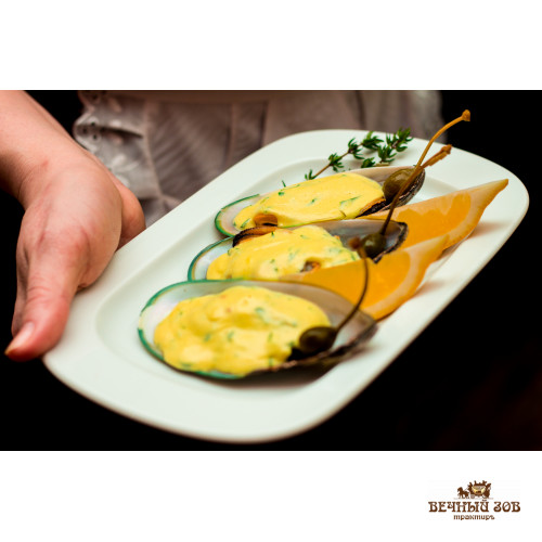 Испанские мидии в собственной ракушке в пряно-чесночном соусе с соком лайма и каперсами
