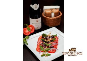 Салат из кружочков спелых помидоров, калёных кедровых орешек, сдобренный соусом «Бальзамико»