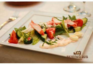 Салат смаженный с камчатским крабом, из разной сочной зелени и овощей